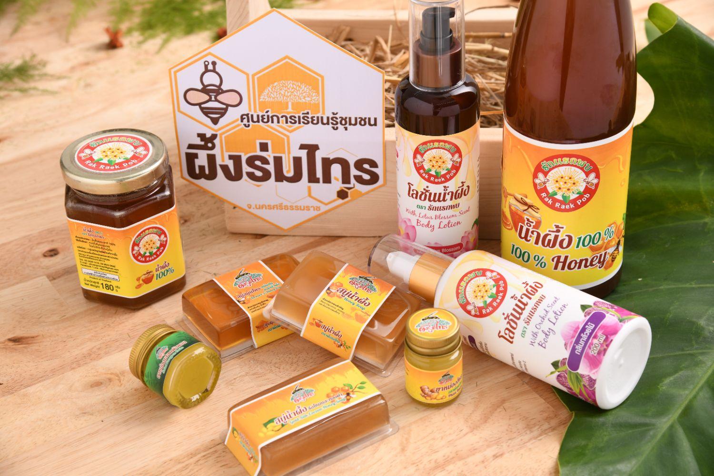 """""""รักแรกพบ"""" ผลิตภัณฑ์น้ำผึ้งโพรงไทย จากภูมิปัญญาคนไทรห้อง แห่งเมืองคอน ชุมชนใกล้แนวพัฒนาระบบส่งไฟฟ้าแรงสูง กฟผ."""